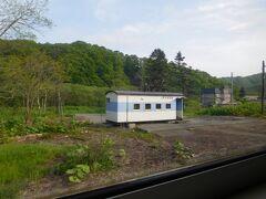 さて、深川行きの列車に乗り込みます。  いきなり貨車駅舎です。これも北海道名物。