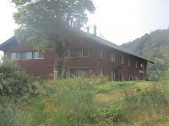 7:53am ゲレンデの中腹にある和田小屋は、現在休館中でした。
