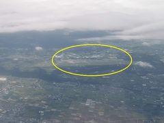 熊本空港が見えてきました。(写真中央)こちらは雲が多く、天気はイマイチです。
