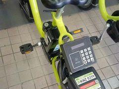 部屋の写真を一通り撮ったので… 雨も降らなさそうだし、自転車で金沢の街を走ります!  この自転車シェアサービス、すっごい便利ですよね。 お台場とかでも利用したことがあります。  会員登録をしてアプリを入れると、かざすだけでレンタルが可能。 ポート数も多くて、アプリ上で予約や残台数、充電状況まで見ることができます!  金沢駅すぐのポートはすごく広くて、貸し出し台数も50台以上。 基本料金30分165円、その後は30分ごとにプラス110円です!  電動なので坂道もスイスイ!  では出発です!
