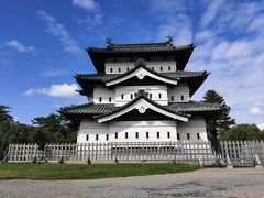 まずはレンタサイクルで弘前城。桜の時期に来たい場所ですよねぇ。