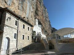 見えてきました。年間10万人以上の巡礼者が訪れるというモンテネグロ最大の聖地です。