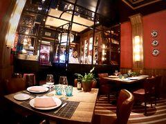 【Restaurante Los Galayos】  おお...なんだか、店内が「真っ赤」です....