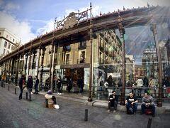 【=Mercado de San Miguel(サンミゲル市場)=】  ここは、約100年前の「1916年」にオープンした市場で、「鋳鉄建築」と呼ばれるらしく、かなり奇抜です。