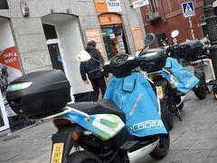 【マドリードの街】  な...なんかバイクが「服」を着ています。他の国では見ない装備ですね。  これは、なんでしょうか?盗難防止用カバー?