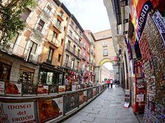 【=マヨール広場とその周辺=】  もともとこの場所は、15世紀にはアラバル広場(スペイン語で「郊外」「町はずれ」という意味)で、城壁に囲まれた中心地の外側にあった為、そのように呼ばれている場所だったそうです。