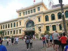 10時50分頃から中央郵便局を見学しました。現在も普通の郵便局として使われていました。売店でファンタを買ったのですが、15,000ドン(75円)を支払うのに500,000ドン(2,500円)札で払ってしまい、店員に受け取りを拒否されました。ベトナムは通貨の桁数が大きくて困ります。