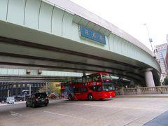 スカイバスが日本橋を渡ります。 日本橋の看板が付いているのは首都高高架です。