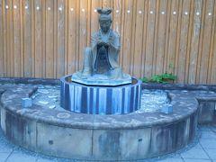 足湯の横には女性の像。ここは姫神広場というらしい。