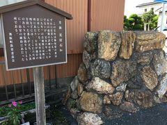 10<史跡 見附石垣> 舞坂宿の東の入り口には、「見付石垣」が残っています。 「見張り番」がここに立ち、人馬の出入りを監視するとともに、治安の維持にあたったそうです。