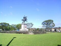 お隣の公園には菊池氏の武将(菊池武光公)の騎馬像もありました。