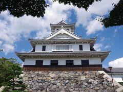 長浜城は、1577年に豊臣秀吉によって築城されました。 この時に、それまで今浜と呼ばれていたこの地を「長浜」に改名し、 1582年まで在城したそうです。その後、柴田勝家に譲られ、 山内一豊などが城主となりますが、徳川の世になり、湖北の支配権を 彦根城に移されて、廃城となりました。 城は解体され、多くは彦根城で使われたと言います。 現在の城は、1983年に再建されたもので、 「長浜市長浜城歴史博物館」となっています。