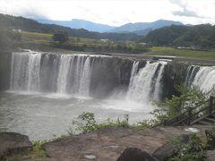 続いて滝を見に行きます。「原尻の滝」は幅が広くて落差もあり、なかなか見ごたえがあります。また、平野から下に落ちる形になっているので、滝つぼまで下りる必要もなく、足腰に自信がない方でも見学可能で、滝の間近まで近寄ることもできます。