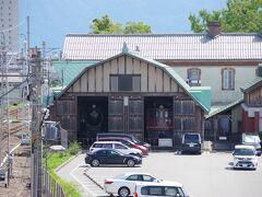 長浜駅の2階からは、「長浜鉄道スクエア」が見えます。 扉も開いているので、中の「D51793」と「ED701」が 良く見えます。 こちらも「長浜浪漫パスポート」で入れます。 背後のクリーム色の木造建築は「旧長浜駅舎」で、現存最古の駅舎です。 日本で最初に走った鉄道はもちろん新橋~横浜(桜木町)間ですが、 それぞれの駅舎はもうありません。