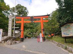 続いて旧竹林院から歩いてすぐの日吉大社に向かいます。 全国に約3,800社ある日吉・日枝・山王神社の総本社で、通称として山王権現とも呼ばれています。 入場料300円を支払って参拝します。