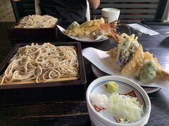 天ぷらせいろ。 名物の大海老天ぷら。 お蕎麦も美味しい。