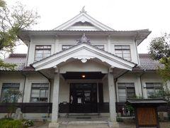 津和野町郷土館。1942年に津和野地域の歴史資料を展示するために建てられた物だそうだ。1942年て第二次世界大戦(太平洋戦争)中だが、まだこんな立派なものを建てる余裕があったのか。