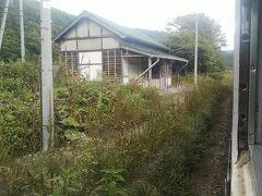 北海道にはこのような無人地帯に駅が存在する事が多く、かつては入植者がおり集落が形成されていましたが、離農などの過疎化により駅だけが残った所が多いです。今でも住民の居る集落にある駅でも、今は自動車での移動が当たり前の時代。1日に数本しか列車が停車しないようであれば、利用者も居なくなってしまうでしょう。