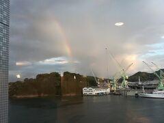 電車の中ではは雨模様・・・ おかげでホテルの窓からは 尾道の虹