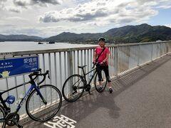 眺めも最高!! 去年もここでしばし休憩 しまなみ海道サイクリングロードはそれぞれの島の外周(一般道)を走り 島と島を繋ぐ橋は高速道路の側道を走る 橋は船が通る高さがあるので40メートルから50メートルの高さがある・・・ つまり橋を渡るたびに上り坂!! 登坂は好きではないけれど・・・不思議 しまなみ海道は別格、すいすい昇れてしまうのはメンタルで。ということかな?