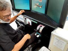 広島空港で操縦室のシュミレーターを見つけ 大はしゃぎのダーリン!!