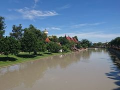 バンコクから1時間少々でアユタヤのワットヤイチャイモンコンに到着。 目的のアントンまでも近いが、途中で参拝の為に立ち寄った。 日曜なので寺院近辺は渋滞しています。