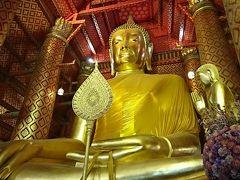 ワットパナチューンの大仏 以前はオレンジの布を寄進し、仏像に巻くということをしていましたが現在は布を仏像下で置くだけとなっている。