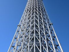 タワーのすぐ真下から見上げてみると、高すぎて全体が入り切らん・・・まぁ、何せ634メートルもの高さですから。