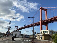 程なくして橋の下まで来ました。 見た目以上に大きな橋です。 赤い色も青空に映えます。