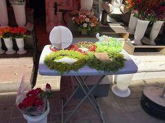 中央市場。歌と踊りの祭典の期間だからか、花輪があちこちで売られていました。