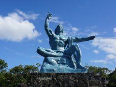 両手・両足・顔に意味が込められた平和祈念像。 上に向けた右手は原爆を、横に刺した左手は平和を表しています。
