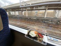 ★11:25 糸魚川からえちごトキめき鉄道のキハに乗車。行程の都合上、昼ごはんを食べる時間が取れないので糸魚川駅併設の食堂で、「ブラック焼きそば」をテイクアウト。 「イカ墨」を使っている為見た目はなかなかあれですが、イカの身と目玉焼きも入り、とても美味しい逸品です。