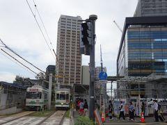市内へはバスも頻発していますが、旅人が分かりやすいのはやっぱり路面電車。JRの列車が着く度に、電停には長蛇の列ができます。  ちょっと「密」にもなっていたので、何本か見送ってから電車に乗り込みました。もちろん、我が子にとって路面電車初体験です。