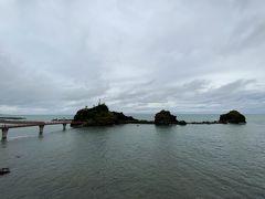 そして海の方に目をやると…何だか気になる橋と小島を発見。まだちょっと時間があるので、行ってみることにしましょう。