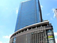 グランフロント大阪のビジュアルも、見慣れた感じ… 空が青くて美しいから、空に向かってそびえ立つグランフロントが絵になるわー