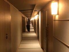畳の廊下を歩く