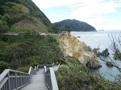 断崖の海岸線に沿って、きれいな遊歩道が整備されています。