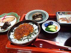 昼食は村上駅前の石田屋で「みおもて定食」を個室で頂きます。ミニはらこ丼、塩引き鮭、鮭の酒浸し、昆布巻きの鮭ずくしに舌鼓を打ちます。