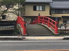 宮橋(恋叶橋)が神社の前にありました。 こちらの橋と鳥居が写ると恋が叶うそう。後で撮ろうっと♪