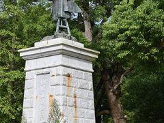 もう一つの伊能忠敬像   諏訪神社参道の手前、佐原公園の中で立っていました。 随分寂しげな公園でしたが、桜の季節の名所なのだそう。