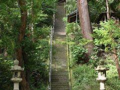 諏訪神社   脇になだらかな自動車道がありましたが、伊能先生に2度も会ってしまったので、この128段の階段を登っていくことにしましょ。