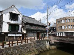 町の中心の忠敬橋   小野川に架かる忠敬橋。 橋のふもとの中村屋商店は酒屋さんのはずですが、訪れてみると町家を生かしたホテルになっていました。 佐原の街中にはこのような町家を改造したホテルがいくつもあり、どれもNIPPONIAの名前が付いていました。 この日も泊まり客らしき若い男性グループが出てきて、若い人たちにも外国人にも受けそうな感じです。