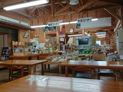 そして、お昼ご飯に美杉村の道の駅へ。ここの食堂は座敷もある。そして座布団はふかふか。しかし、昼寝してしまうわけにはいかない!売り場には赤いオクラは売ってなかった。。。あーあー8月にきたときやっぱり買っておくべきだった~。