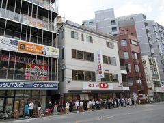 さらにランチのハシゴです。 バスで四条大宮の「餃子の王将」一号店へ。(行列はバス停に並ぶ人で、お店のではありません。) 全国に500店舗以上を展開する「餃子の王将」のいわば総本山です。 基本、チェーン店には興味は無いのですが、支店もこれだけの数になると、本店・元祖・本館大好き派の私は、一度は行っておきたかったお店です。