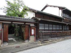近くの「角屋もてなしの文化美術館」は10年ほど前、事前予約して2階のお部屋も見学したことがあります。 入館料も1,000円なので今回は外側だけ見てスルーです。
