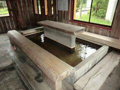駅舎内には足湯があります。 ここはかつて、公衆トイレだったところなんだそうで、別棟の公衆トイレが完成したことから、足湯として改装したそうです。