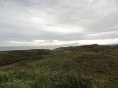 網走国定公園/小清水原生花園です。 オホーツク海と濤沸湖に挟まれた約8km・約275haの細長い砂丘となっており、北海道遺産にも選定されています。 シーズンを通して約200種類の花が咲くそうですが、今はシーズン終わりとあって、花は少なかったです。