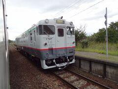 16:42 桜岡駅で、普通4529D.上川行と列車交換。 キハ40を改造したキハ400形として、宗谷本線の急行'宗谷'として活躍していた時代の塗装に復刻された車両が走っていました。