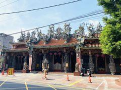 1800年創建の鳳邑城隍廟。鳳山縣城隍顯佑伯を主神として祀り、武判官、陰陽司、廿四司、范謝将軍なども祀る。