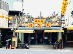 東嶽殿は1673年の創建で、過去に何度も修築がなされている。1942年に道路を設置するため、鐘鼓樓と三川門が取り壊され、門前にあった石獅座が他所に移されるだけでなく、廟自体も大幅に改変された。さらに、1979年に廟の前の建国路を拡張するために拝殿が除去され、正殿が道に面するという結果になってしまっている。日本時代から戦後にかけて、創建当時の立派な様子は徐々に失われていった。